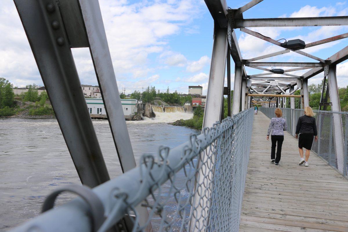 Section du dernier glissoir transformée en pont cyclable. Photo : Michel Riberdy