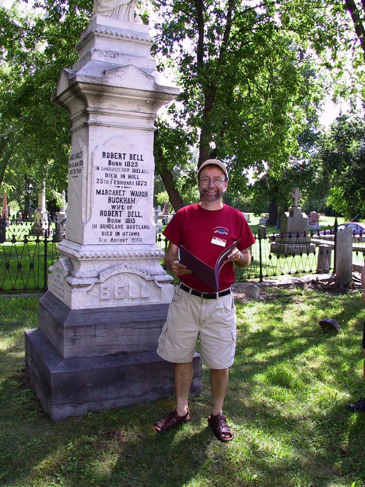 Le président de la SHO, Michel Prévost, lors d'une visite guidée du cimetière St. James de Gatineau. Photo : Jacques Decarie