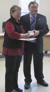 Mme Claire Leblanc recevant sa médaille des mains de M. Jean-Guy Ouimet